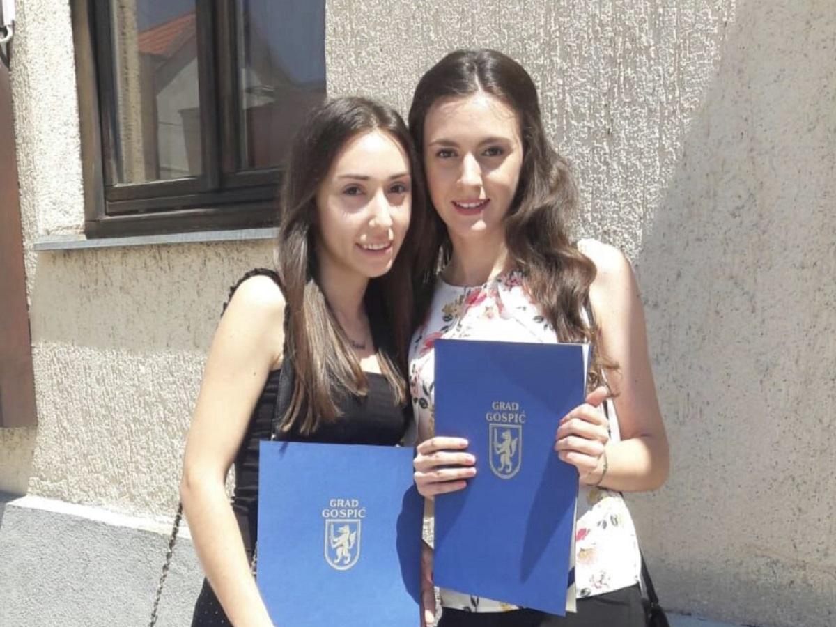 Studenticama Ivani i Ani dodijeljene pohvalnice Grada Gospića za izniman uspjeh u visokoškolskom obrazovanju!