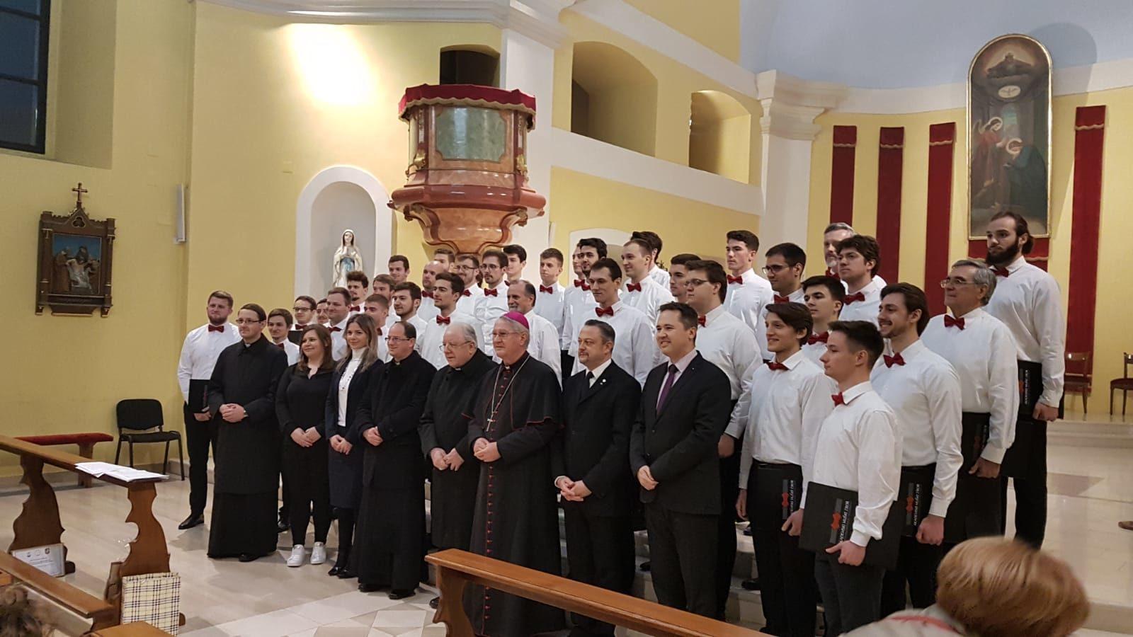 Višestruko nagrađivani muški akademski zbor FER-a održao koncert u prepunoj gospićkoj katedrali