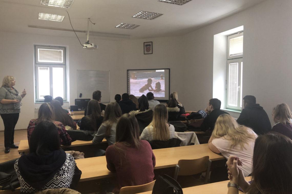 Kamping udruženje Hrvatske, kao najjača nacionalna kamping udruga, uz potporu Ministarstva turizma, danas je održala gostujuće predavanje na temu kampinga namijenjenog studentima visokoškolskih ustanova za obrazovanje kadrova u turizmu. Teme predavanja koje su studenti slušali su bile: Osnove kamping usluge, Menadžment kamping usluga, Trendovi u kampingu s posebnim naglaskom na očuvanje okoliša i održivi razvoj, […]