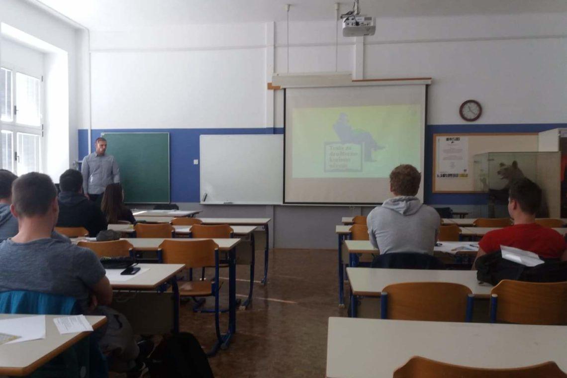 """Djelatnici Veleučilišta """"Nikola Tesla"""" u Gospiću Mile Vičić i Željko Župan gostovali su na Višoj strukovnoj školi u Postojni u okviru programa međunarodne razmjene Erasmus+. Tjekom posjeta studentima i upravi Više strukovne škole prezentirani su programi Veleučilišta i projektne aktivnosti koje je realiziralo Veleučilište u suradnji s lokalnom zajednicom. Također je tijekom posjete djelatnicima Veleučilišta […]"""